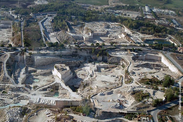 Veduta aerea delle cave di travertino romano