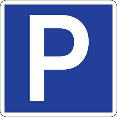 Offerte sur un parking devant les phares de la voiture - 1 9